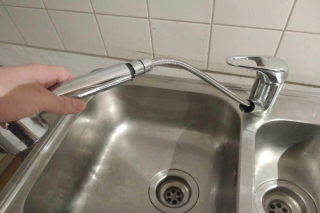 Spülbecken mit Wasserhahn